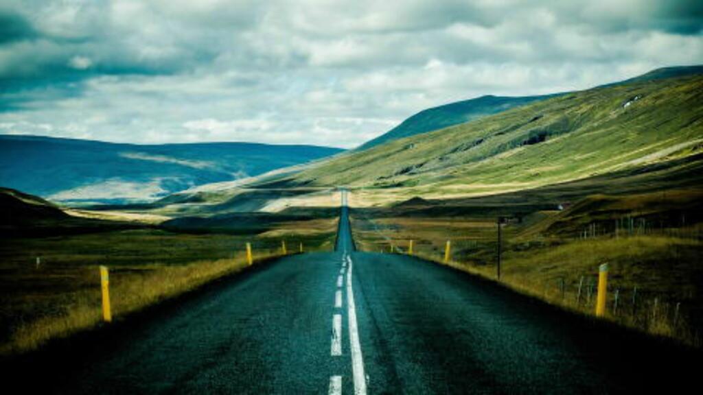 EVENTYRLIG: Veiene på Island lar deg kjøre i 100 omtrent hele veien rundt det majestetiske landet. Foto: THOMAS RASMUS SKAUG
