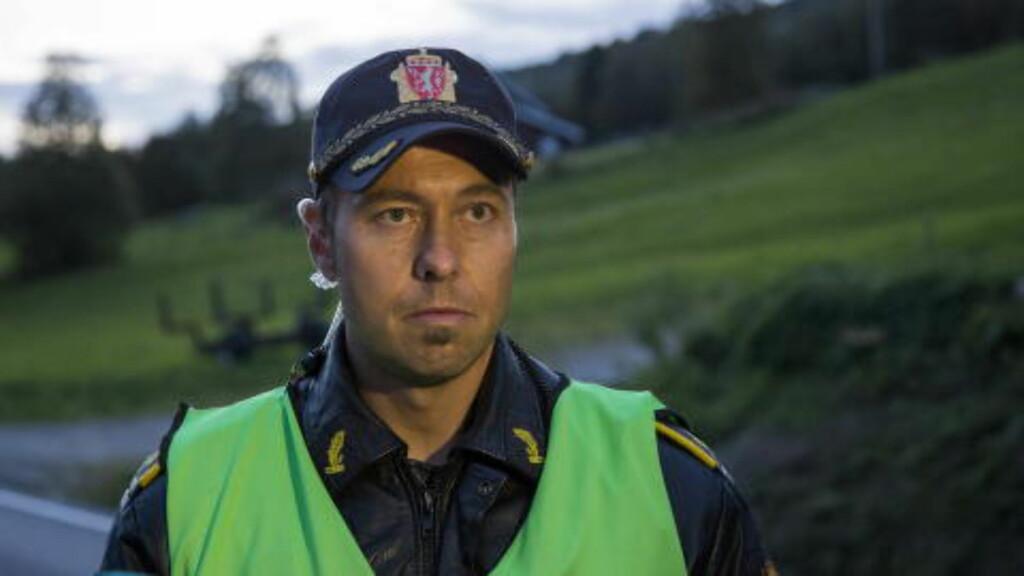 MØTER: Innsatsleder Odd Halvard Seterdal holdt også onsdag kveld pressekonferanser, da noen hundre meter unna åstedet. I dag holdes en ny pressekonferanse. Foto: Per Flåthe / Dagbladet