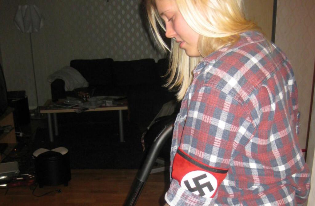 HAKEKORS:  Sverigedemokraternas topp-kandidat i Halmstad har trukket seg, etter at det ble avslørt at hun poserte med et hakekors-armbind. Catharina Strandqvist nektet først for at hun hadde brukt et haakekors-armbind. Foto: EXPO.SE