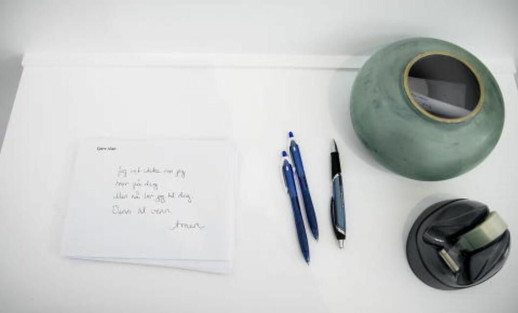 SKRIV SELV: Publikum kan selv skrive bønnene Gunnes vil lese iført prestekjole.Foto: Bjørn Langsem / DAGBLADET