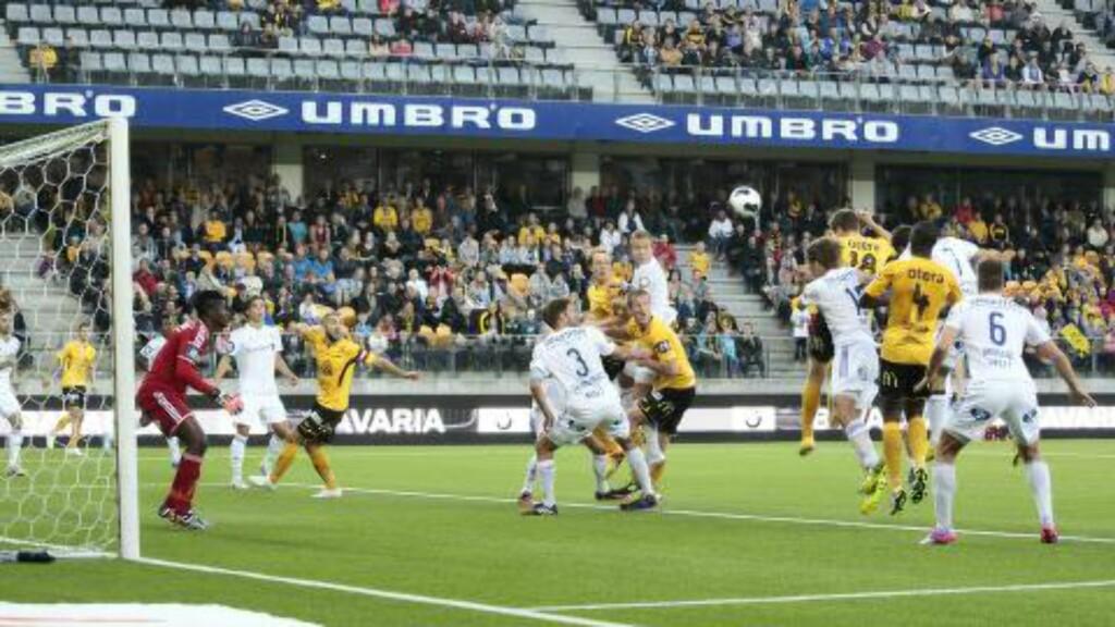 UTLIGNET: Matthías Vilhjálmssons heading til 1-1 ble til slutt bare ett av to trøstemål for Start. Foto: Tor Erik Schrøder / NTB scanpix