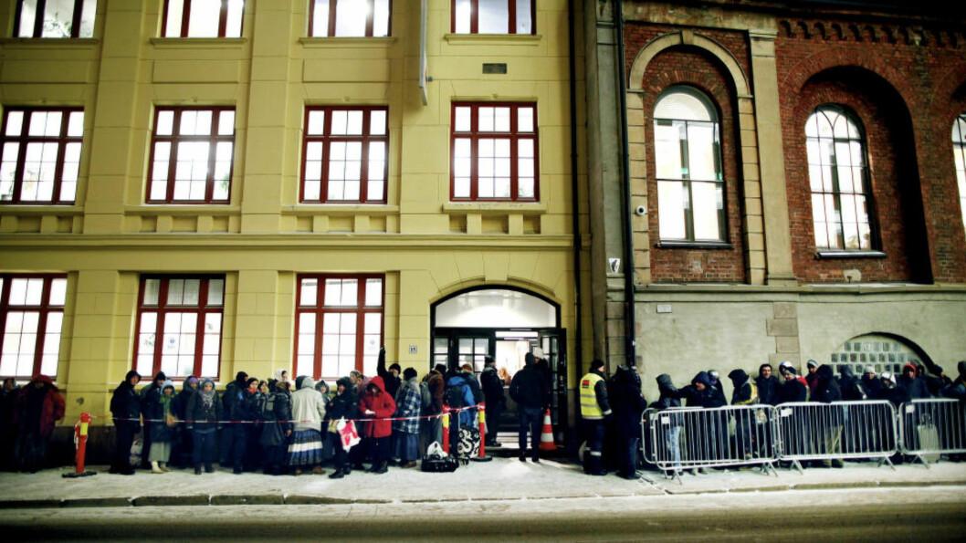 <strong>STORT BEHOV:</strong> Lang kø for bostedsløse ved Oslo Røde kors i Christian Krogs gate i januar 2014.Foto: Monica Strømdahl / Aftenposten / NTB Scanpix