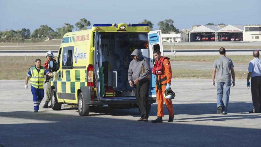 FUNNET PÅ HAVET: En flyktning hjelpes av maltesiske hjelpemannskaper etter å ha blitt reddet til sjøs i helga. Foto: JUSTIN GATT / DET MALTESISKE FORSVARET / REUTERS / NTB SCANPIX