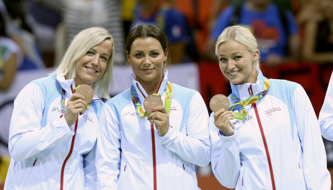 <strong>BRONSEJENTER:</strong> Heidi Løke (fv), Nora Mørk og Stine Oftedal Breda poserer med bronsemedaljer fra OL. Nå ser Nora Mørk fram mot å bli lagvenninne med Løke i Györ. Foto: Vidar Ruud / NTB scanpix