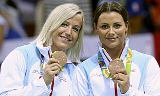 SKILLES: Heidi Løke (fv) er ferdig i GyörNora Mørk og Stine Oftedal Bredal med bronsemedaljer. Foto: Vidar Ruud / NTB scanpix