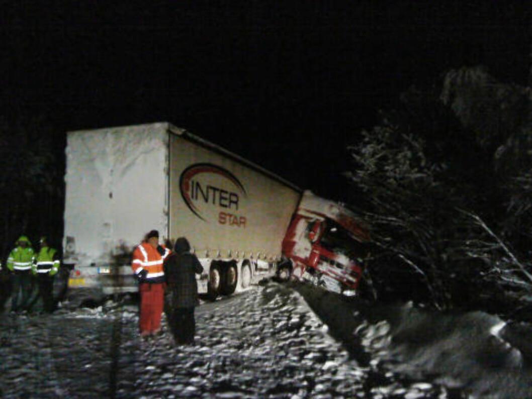 En lastebil har kjørt av veien ved Stortjønna, sør for Majavatn, i Nord-Norge tirsdag. Det er glatte veier i omrdået.  Foto: Kitty Vassdal