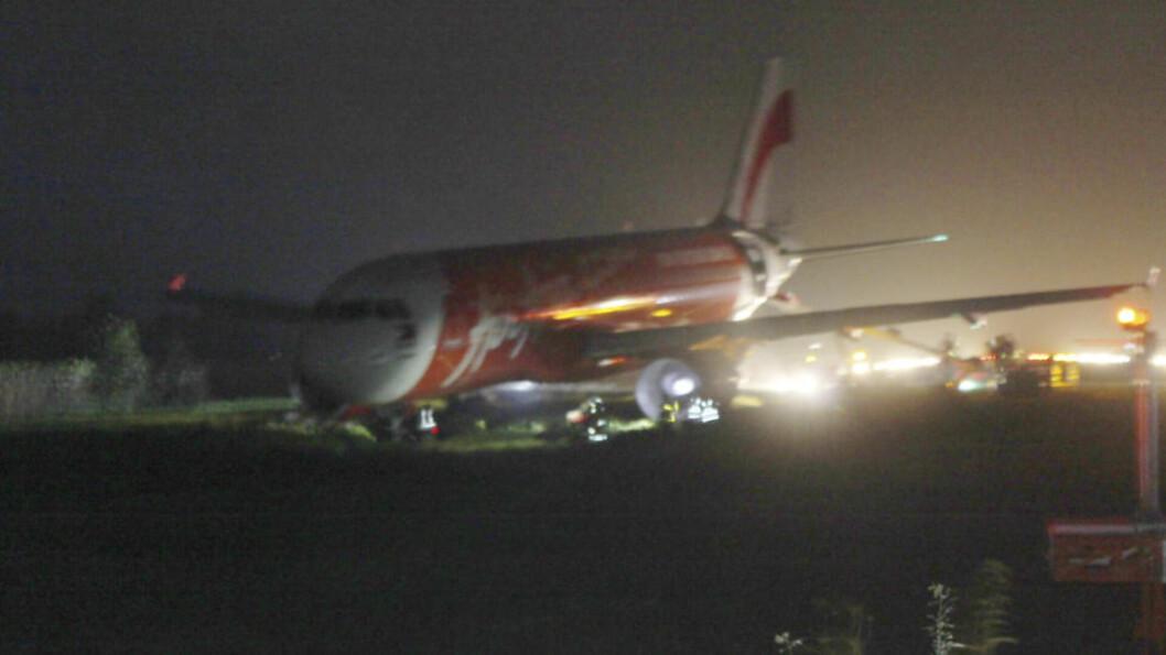 HAVNET UTENFOR: AirAsia-flyet bommet på rullebanen tirsdag kveld, lokal tid. Foto: AP / Jun Aguirre / NTB Scanpix