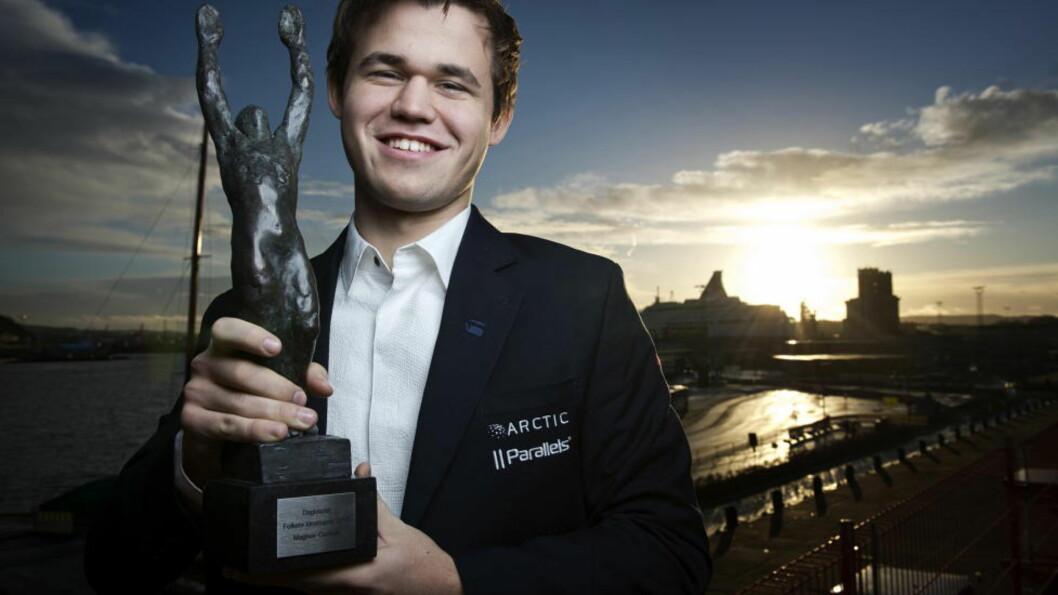 <strong> VANT IGJEN:</strong>  Magnus Carlsen er på ferie, men siden han har vunnet Folkets Idrettspris flere ganger, resirkulerer vi et bilde fra 24-åringen vant i fjor.  Foto: Benjamin A. Ward / Dagbladet