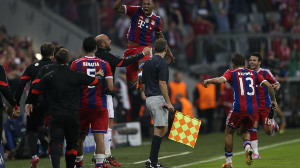 JUBEL: Bayerns Jerome Boateng jubler for scoring i sluttminuttene mot Manchester City. Foto: AP Photo/Matthias Schrader