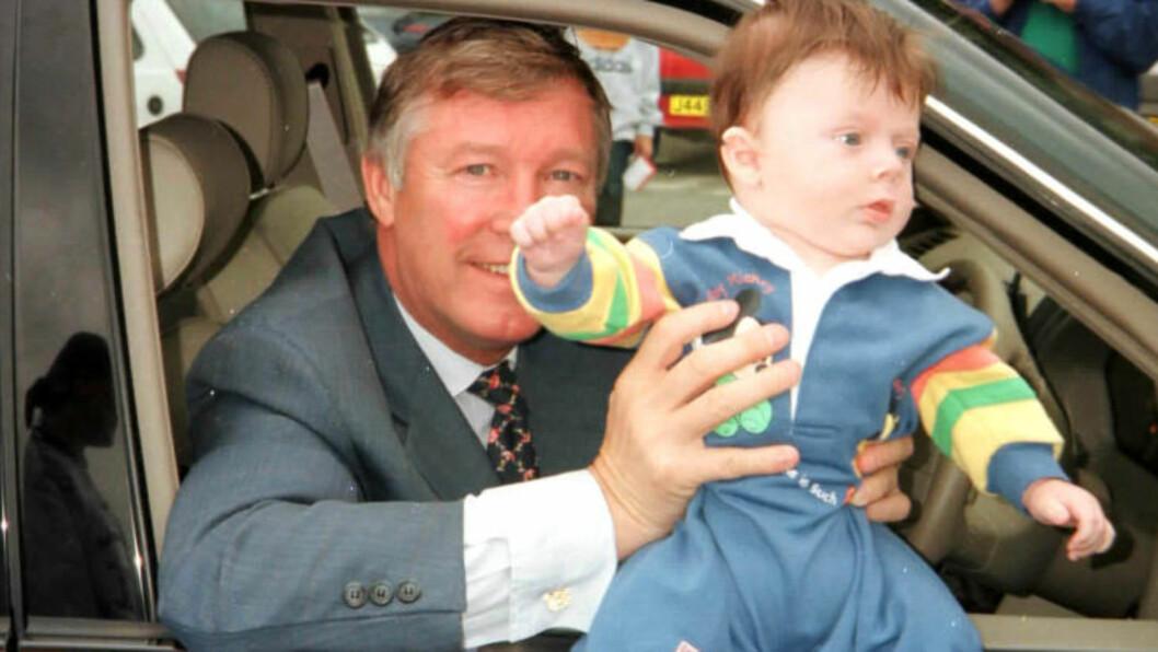 LYKKEN?:  Det aller største er å få en sønn som bli fotballstjerne; eller? Her Manchester Uniteds  manager Alex Ferguson i velmaktsdagene med den 11 uker gamle gutten Beckham. Bedre kan det vel ikke starte i en sønns liv? FOTO: NTB Scanpix/Espen Hartvig.