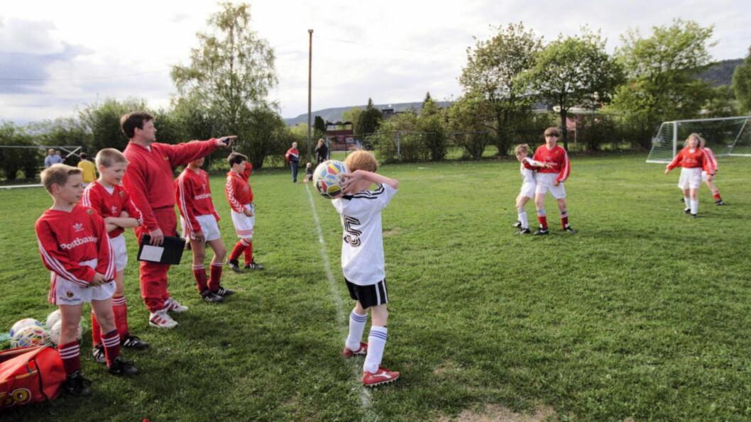 BARE KOS? Hygge mellom ungene fra Skiold og Strømsgodset. Er det denne kosen som ødelegger for det norske herrelandslaget?