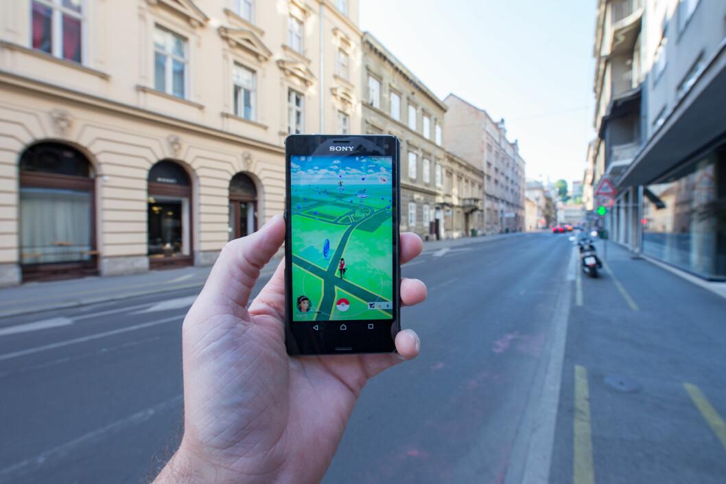 <strong><strong>SLUKER STRØM:</strong></strong> Mange har erfart at Pokémon Go tapper telefonen for batteri raskt som bare det. En nødlader i lomma kan være alt du trenger for å legge ut på en lang Pokémon-jakt. Foto: Pa Photos / NTB Scanpix