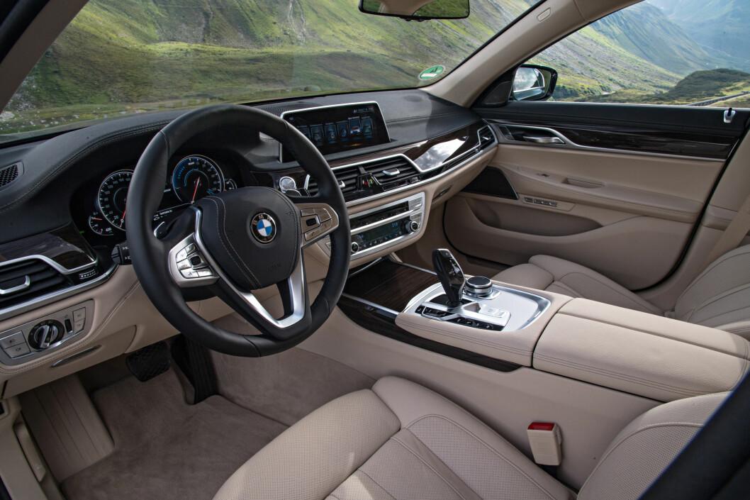 <strong><b>SAMME LUKSUS:</strong></b> BMW 740e iPerformance kommer i tre varianter, og kan utstyres like luksuriøst som den øvrige 7-serien. Foto: BMW