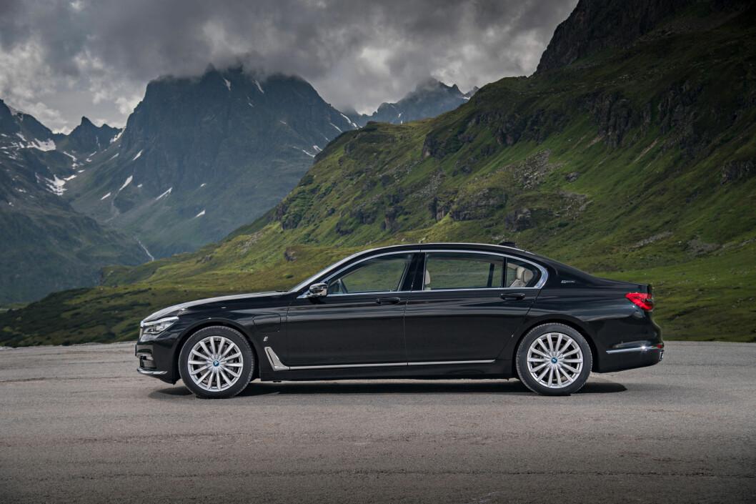 <strong><b>STREKKER SEG LANGT:</strong></b> i lang utgave (bildet), får BMW 740e firehjulsdrift og et navn nesten like langt som bilen: BMW 740 Le xDrive iPerformance. Foto: BMW