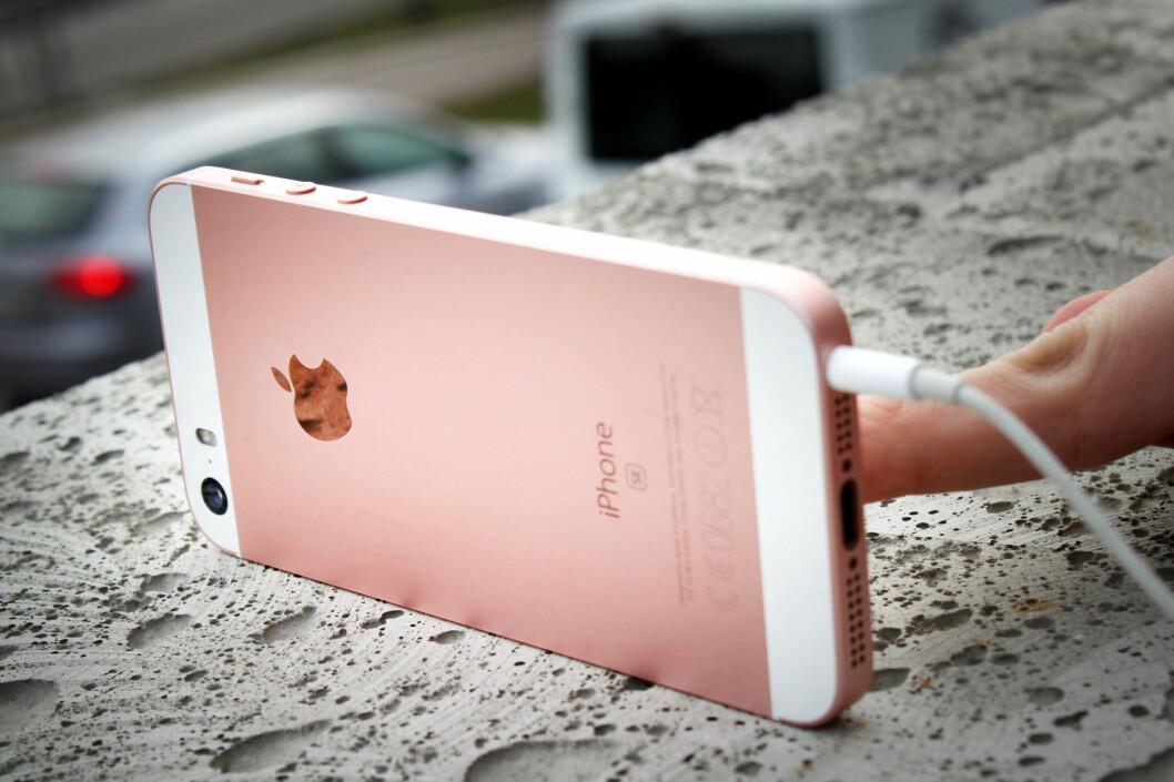<strong><strong>MISTEMANN:</strong></strong> iPhone SE ble lansert tidligere i år og er i praksis iPhone 6s-innmat pakket inn i et iPhone 5-skall. Foto: OLE PETTER BAUGERØD STOKKE
