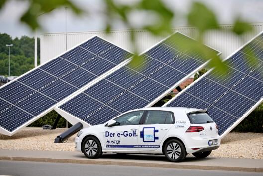 <b>LADE KUN PÅ SOL?</b> I fremtiden vil du kanskje kunne kjøre helt gratis, kun ved å investere i solcellepaneler.  Foto: DPA