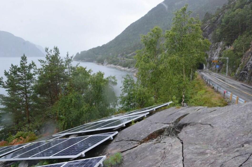 <strong><b>LYST OPP:</strong></b> Endelig er det blitt lys i Kjøladalstunnelen. Lyset driftes hovedsakelig av solcellepaneler som er satt opp på utsiden.  Foto: STATENS VEGVESEN/Bjørn Egil Gilje