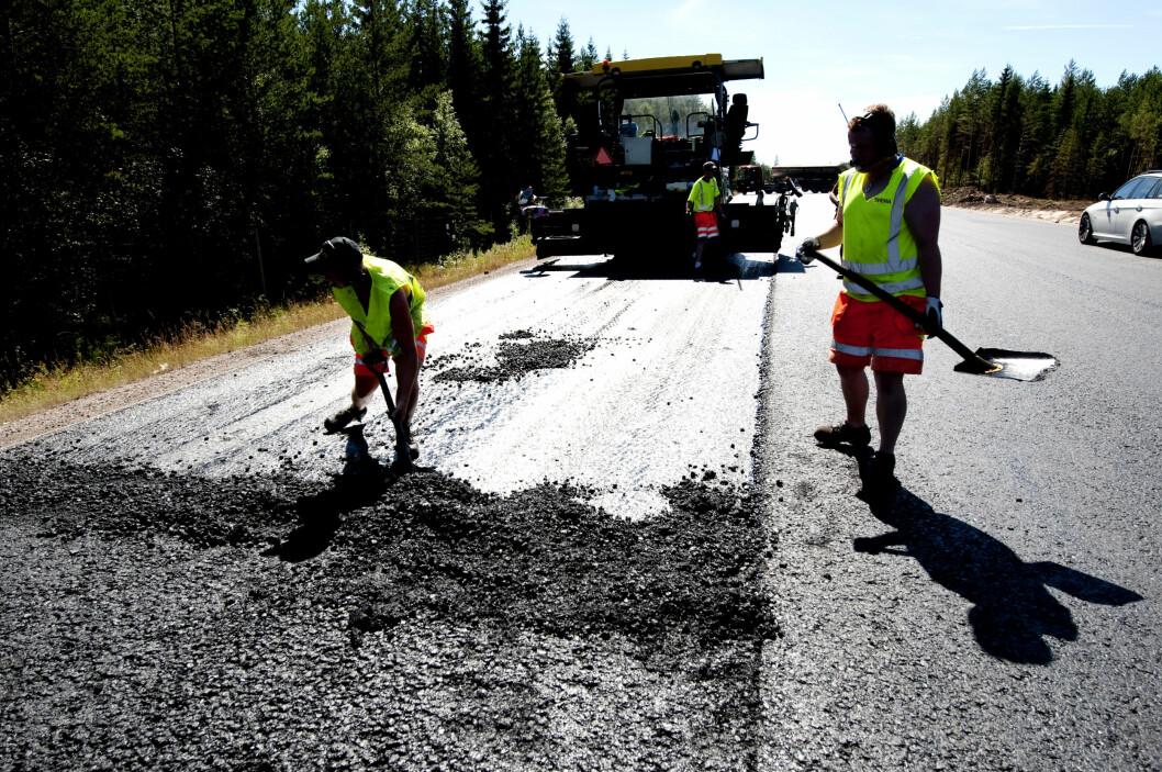 <strong><b>NY ASFALT:</strong></b> Det er flere tusen kilometer som skal asfalteres i sommer. Vær oppmerksom på de som gjør jobben.  Foto: TT NYHETSBYRÅN