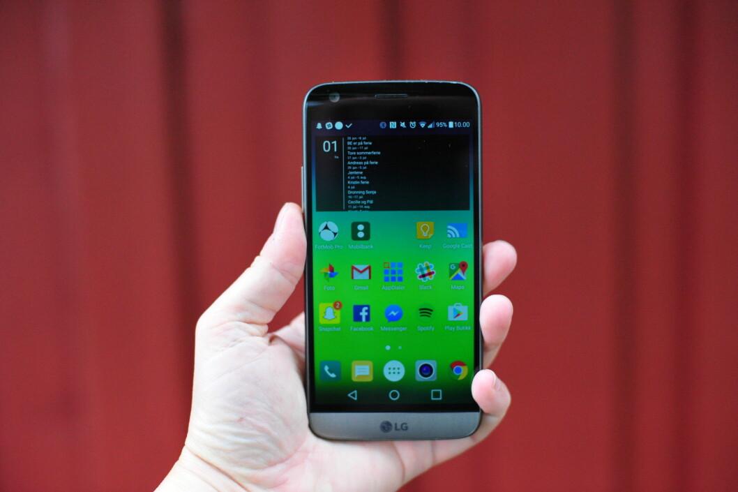 <strong><strong>LIGGER GODT:</strong></strong> Ikke mange telefoner føles så komfortable i hånda som LG G5. Foto: PÅL JOAKIM OLSEN