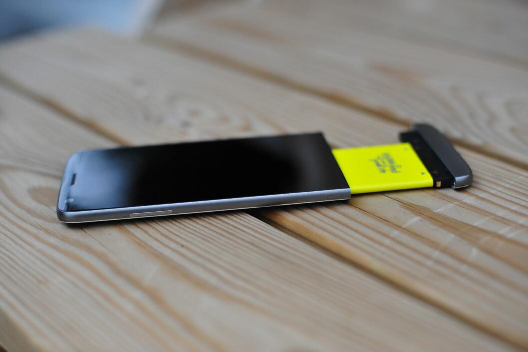 <strong><strong>GULT BATTERI:</strong></strong> LG G5 er en av stadig færre toppmodeller som lar deg bytte ut batteriet med et annet. Foto: PÅL JOAKIM OLSEN