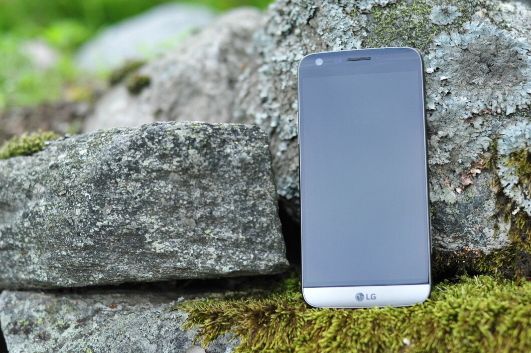 <strong><strong>ELEGANT:</strong></strong> LG G5 er pen å se på og god å holde, med skjermstørrelse på 5,3 tommer. Mest unikt er imidlertid at den nederste delen kan dras ut og byttes med en annen. Foto: PÅL JOAKIM OLSEN