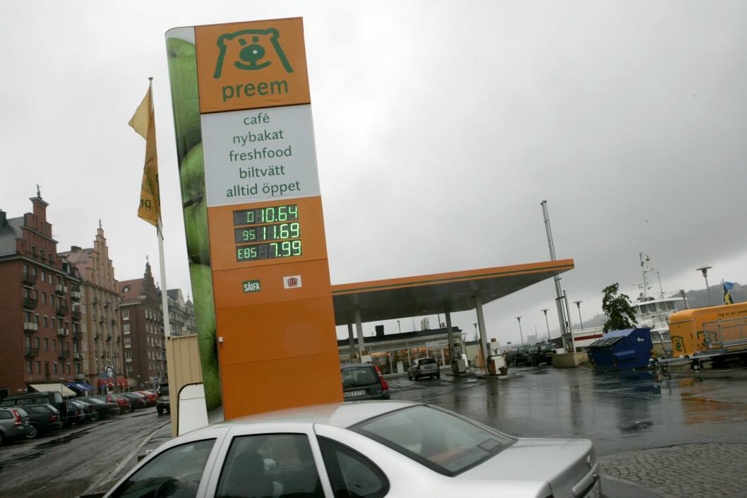 <strong><b>SVANEMERKET:</strong></b> Preem har nå fått svanemerket sin Evolution Diesel+. Det er et stort steg mot fornybart drivstoffs fremtid Foto: TT NYHETSBYRÅN