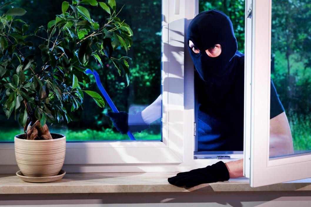 <strong><b>TYVER INN VINDUET:</strong> </B>Får du en tyv på besøk inn et åpent vindu, kan innboforsikringen avkorte erstatningen. Det står i sikkerhetsforskriftene som du på et tidspunkt godtok.  Foto: SHUTTERSTOCK / NTB SCANPIX