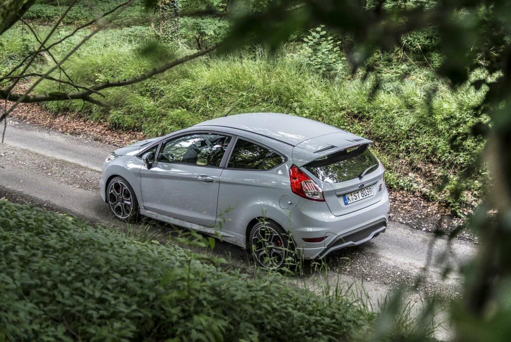 ENKLE MIDLER: Med en liten hekkspoiler, store felger og skjørtekanter får bilen det lille ekstra.  Foto: JAMIESON POTHECARY
