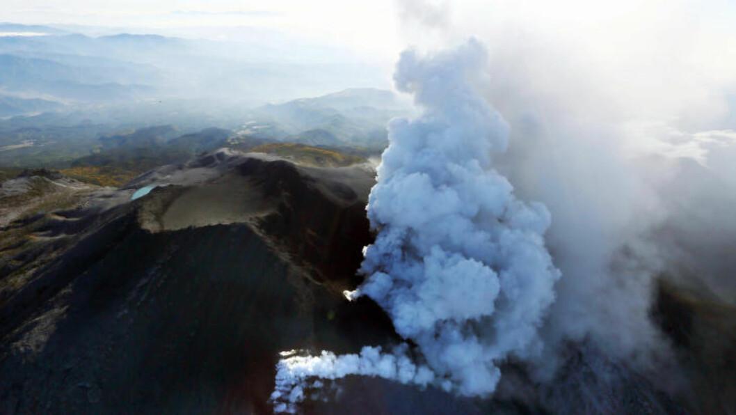 HEVET VARSELET: Lokale myndigheter har oppgradert sin vulkanvarsel fra 1 til 3 etter at Ontake i går hadde et voldsomt utbrudd. Foto: AP/Kyodo News/Scanpix