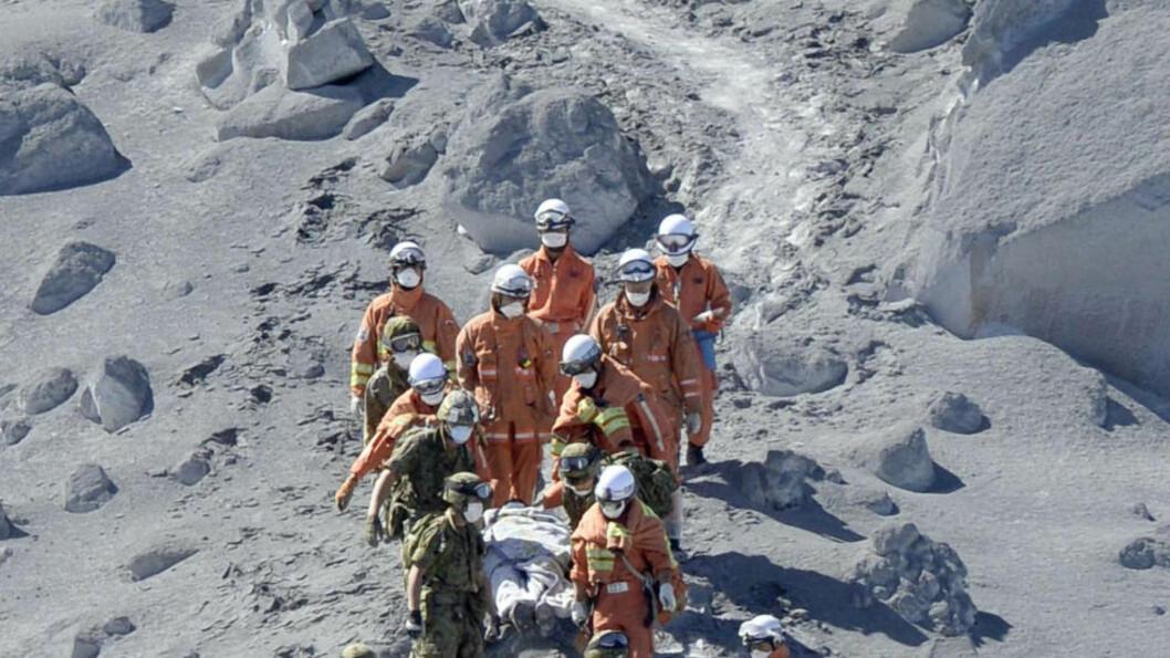 REDNINGSARBEID: Politiet melder at de har funnet mer enn 30 turgåere med det de betegner som hjertestans nær toppen av vulkanen Ontake i Japan. Foto: AP/Kyodo News/Scanpix