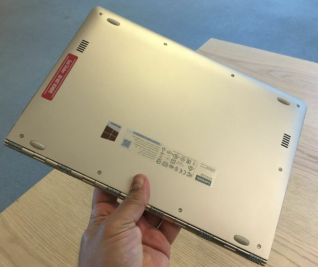 BAKSIDEN: Bunnplaten er helt og festet med en rekke torx-skruer. Den røde forseglingen over den siste skruen, sitter kun på Lenovos demo-maskiner. Foto: BJØRN EIRIK LOFTÅS