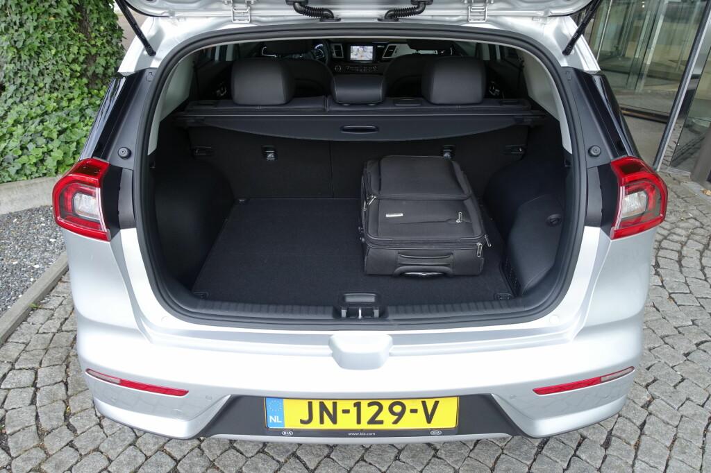 SÅNN PASSE: Til tross for at batteripakken ikke stjeler bagasjeromsplass, er bagasjerommet relativt grunt. 427 liter er fasit - men med bakseteryggene nedfelt, får man et helt flatt lastegulv. Foto: KNUT MOBERG