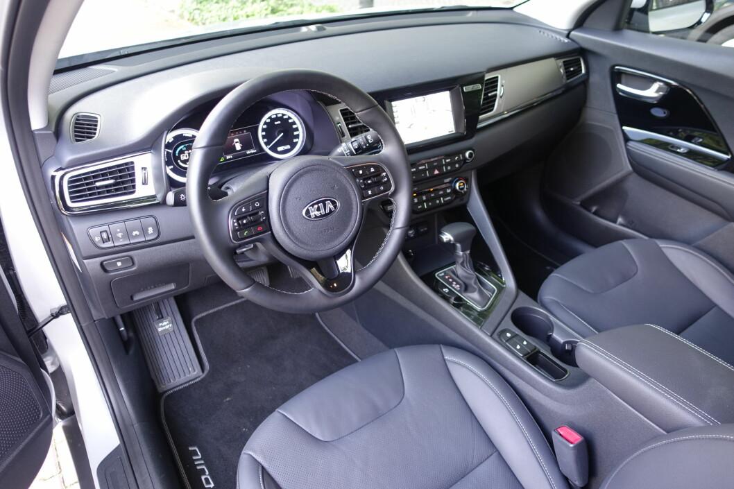 <strong><b>OVERSIKTLIG:</strong></b> Niro-interiøret holder rimelig god standard når det gjelder ergonomi og materialkvalitet. Foto: KNUT MOBERG