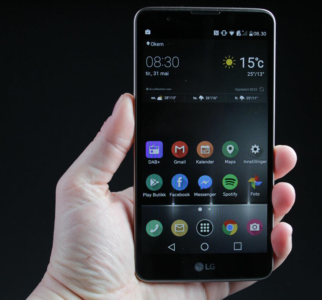 <strong><strong>STOR:</strong></strong> Med 5,7 tommer over diagonalen er ikke LG Stylus 2 en liten telefon. Foto: PÅL JOAKIM OLSEN