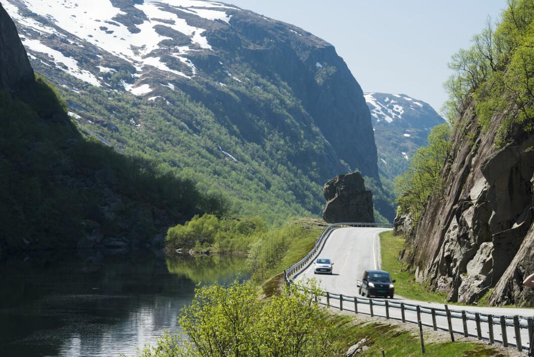 <strong><b>BRUKER BILEN:</strong></b> Kombinasjonen av flott natur og tomme veier lokker befolkningen ut på tur.  Foto: Samfoto