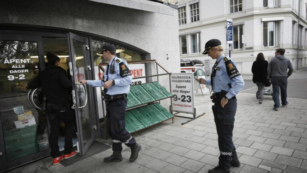 STOR AKSJON: Innsatsleder Lise Dunhan informerte i ettermiddag om storaksjonen mens ransakingen fortsatt pågikk i en av butikkene. Foto: ANITA ARNTZEN