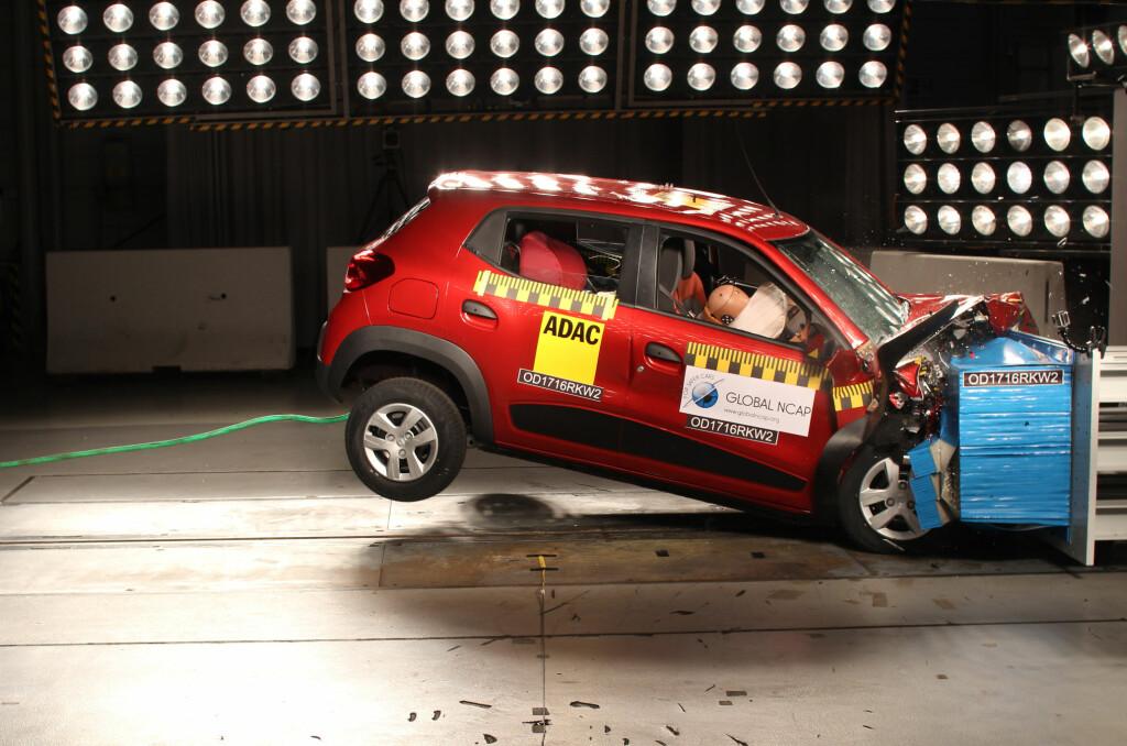 <b>GIKK I NULL:</b> Her blir en Renault Kwid - som blant annet selges i India - testet som én av fem biler i regi av Global NCAP, som arbeider for å bedre trafikksikkerheten. Resultatet: Null stjerner for voksenbeskyttelse.   Foto: GLOBAL NCAP