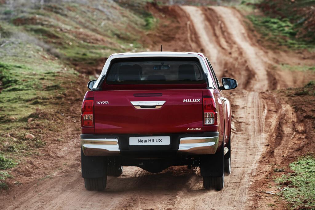 BLIR VANLIG: Toyota Hilux er tradisjonelt bestselgende blant pickup-ene og snart blir nok også dette et vanlig syn på både våre egne og andre veier. Foto: TOYOTA