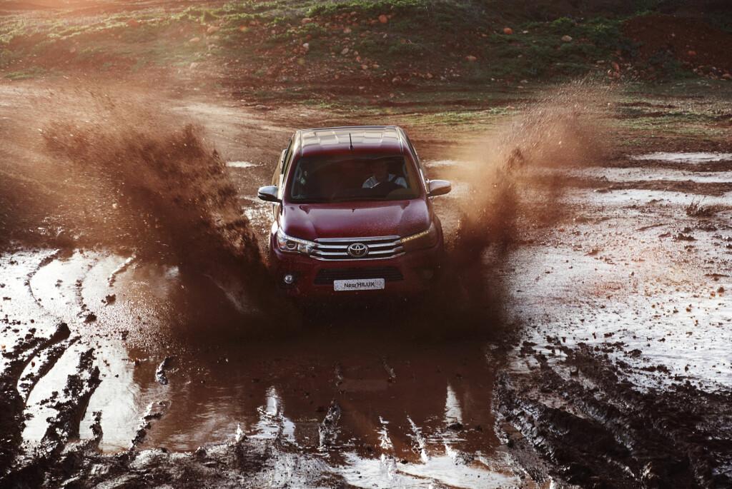 KOMMER FREM: Toyota lover enda bedre fremkommelighet på nye Hilux. Det skal vi snart teste selv. Foto: TOYOTA