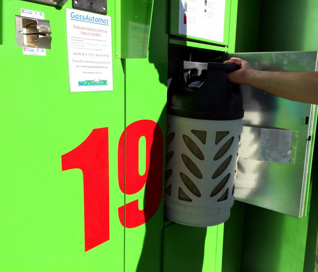 <b>AUTOMAT ELLER BUTIKK?</b> Fordelen med gassautomatene er selvsagt at de alltid er åpne - uansett når du går tom for gass. De er også blant de billigste i testen. Foto: KRISTIN SØRDAL