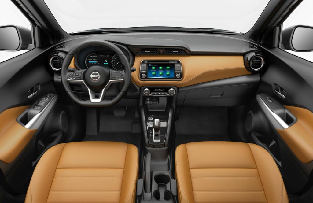 REN DESIGN: 7-tommers fargeskjerm og tradisjonell instrumentering er på plass i Kicks. Dashbord-designen kaller Nissan «glidende vinge». Foto: NISSAN