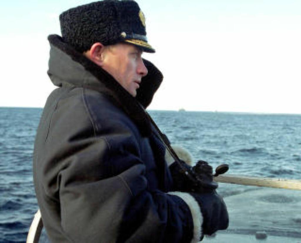 PUTIN ANNO 2000:  Vladimir Putin på flåteinspeksjon i Severomorsk 6. april 2000 i sin første presidentperiode. Det har skjedd en merkbar modernisering av den russiske marinen og militære styrke generelt siden den gang. Foto: ITAR-TASS/AP/NTB Scanpix.