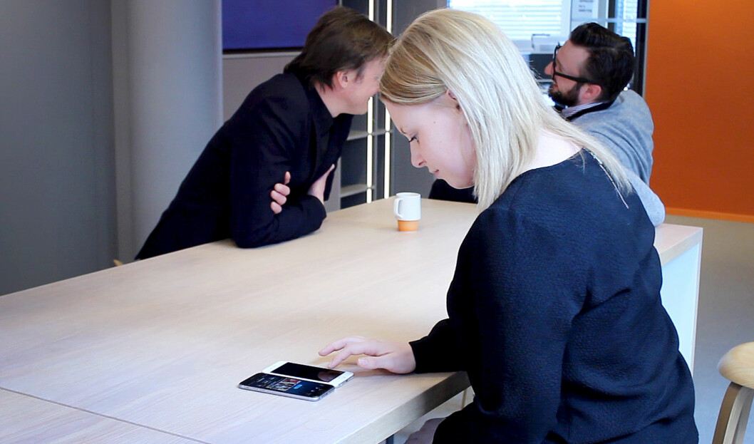 <strong><b>UHØYTIDELIG TEST:</strong> </b>Vi testet farten på to iPhone 6S-mobiler, innendørs i lokalet vårt på Hasle i Oslo. Begge kjørte på Telenors 4G-nett. Tanken var å ikke måle millisekunder, men se forskjellen i praksis.  Foto: OLE PETTER BAUGERØD STOKKE