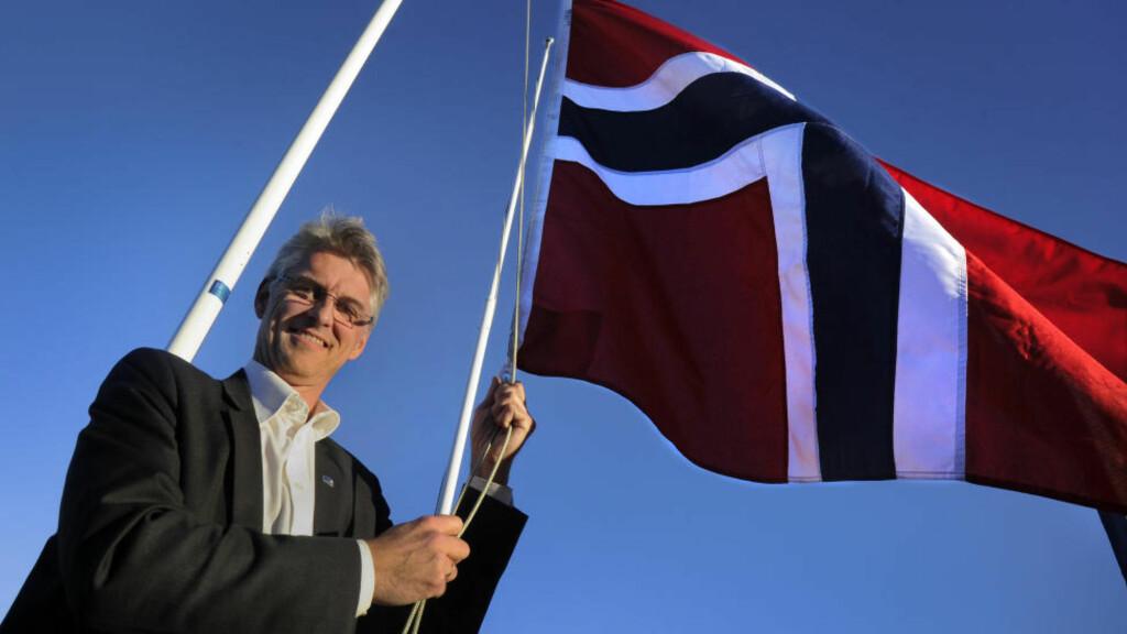 FLAGGSAK:  - Nå må flagget opp for May-Britt og Edvard, sier ordfører i Herøy, Arnulf Goksøyr til Dagbladet. Også i nabokommunen Hareid, Edvard Mosers hjembygd, har flagget på rådhuset gått til topps. Foto: Fridgeir Walderhaug / Dagbladet
