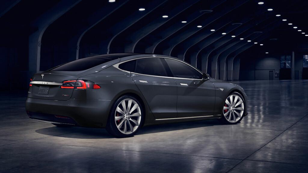 IKKE NOE SJOKK: Ingen vil vel falle på rygg over designen på den oppgraderte Model S... Bakfra er det ingen designendring å spore. Foto: TESLA