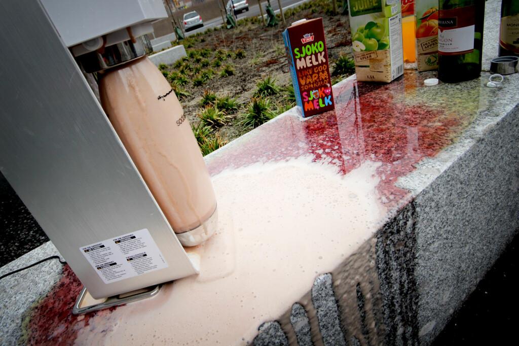 <b>KAN DU «BRUSE OPP» ANDRE DRIKKER ENN VANN?</b> Slik gikk det da Dinside testet ut om det går å tilføre kullsyre i «død» brus, «død» cava, hvitvin, rødvin, juice og sjokolademelk ... Foto: OLE PETTER BAUGERØD STOKKE