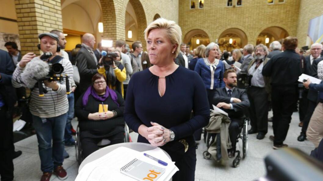 <strong>ØKONOMI:</strong> Her intervjues Siv Jensen i vandrehallen etter at hun presenterte statsbudsjettet for 2015 i Stortinget onsdag. Foto: Lise Åserud / NTB scanpix