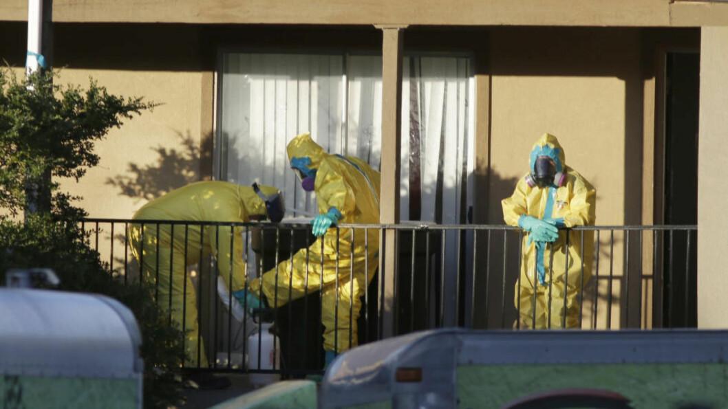 <strong>SMITTET I LIBERIA:</strong>  Amerikaneren reiste fra Liberia 19. september og utviklet symptomer på ebola kort tid etter ankomst i USA. Her jobber helsearbeidere inne i leiligheten hvor mannen bodde i Dallas, USA. Foto: LM Otero / AP Photo / NTB Scanpix