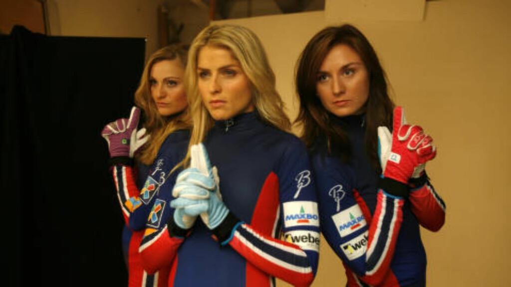 CHARLIE'S ANGELS: Martine Ek Hagen, Therese Johaug og Celine Brun-Lie med Johaug-hansker. Foto: Tormod Brenna