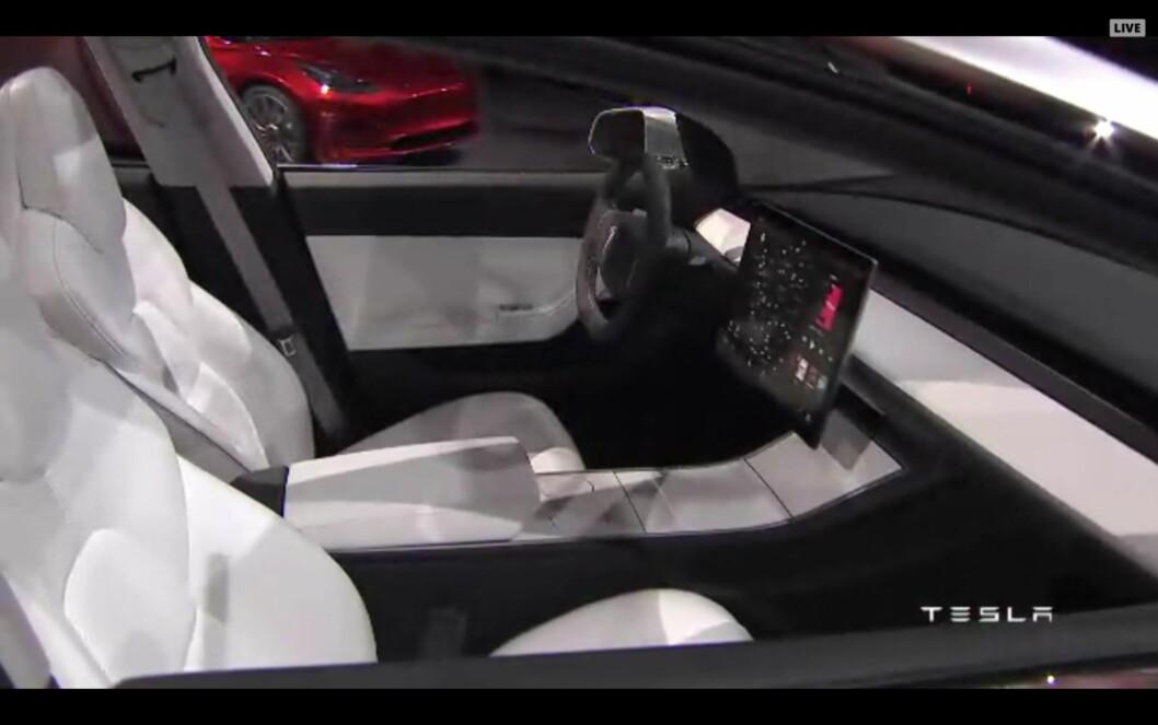 <strong><b>SNUDD 90 GRADER:</strong></b> I Teslas Model 3 er infotainmentskjermen flyttet ut av dashbordet og ser ut til å bli lagt vannrett.  Foto: SKJERMDUMP